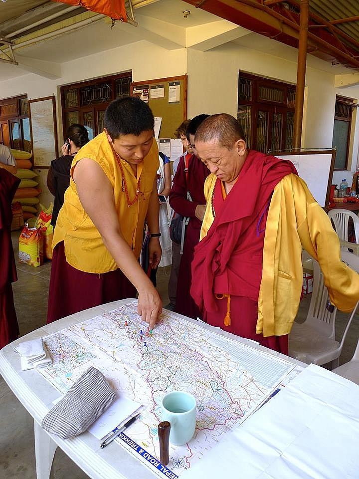 На фото Пакчок Ринпоче показывает Чокьи Ньима Ринпоче на карте места, куда монастырь отвозит помощь